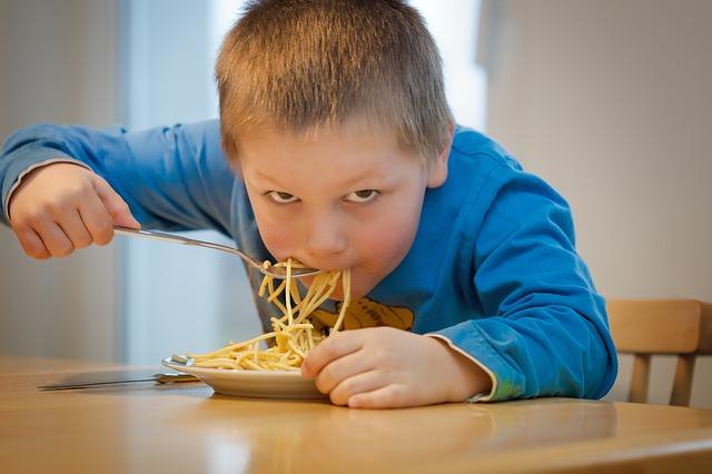 chlapec a špagety