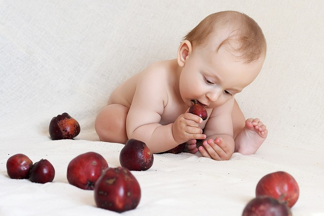 malé dítě s jablky