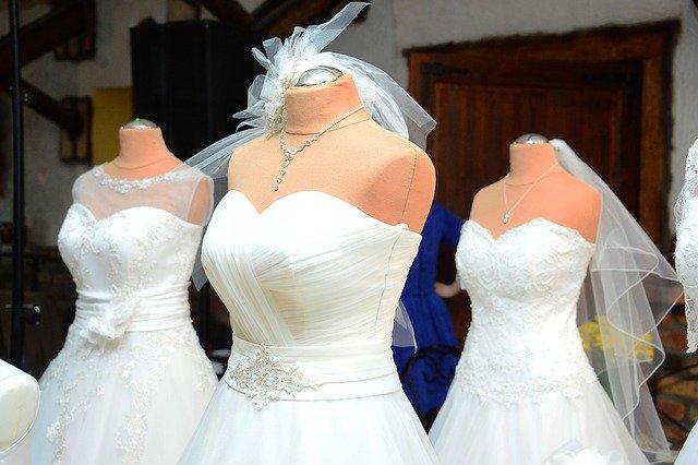svatební šaty v salonu