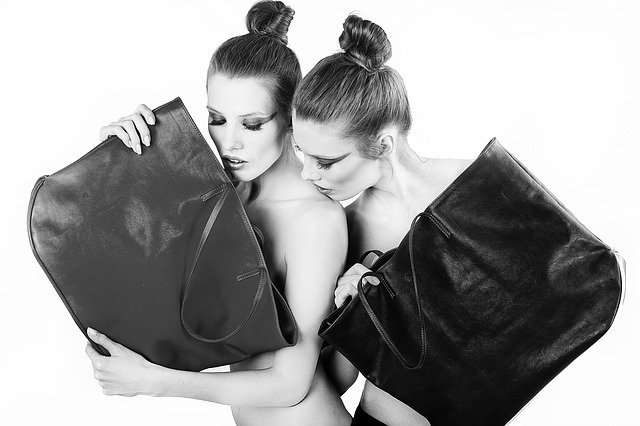 dívky s kabelkami