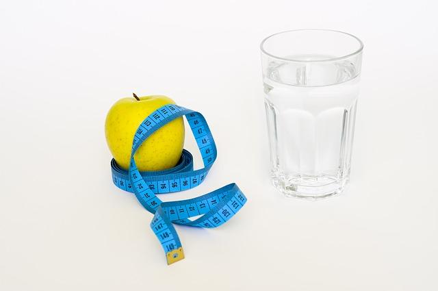 jablko, metr a voda