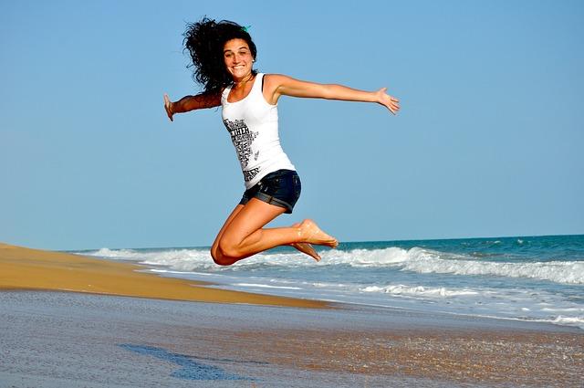 mladá žena ve skoku