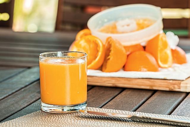 čerstvě vymačkané pomeranče