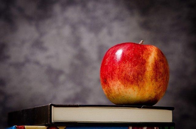 kniha a jablko