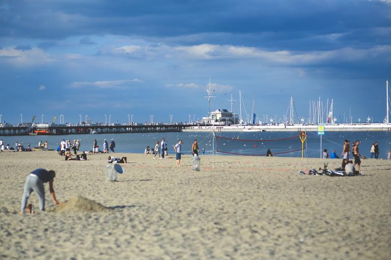 ľudia na pláži v prístave