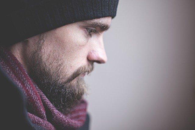 Smutný muž, mladý, fúzy a čiapka.jpg