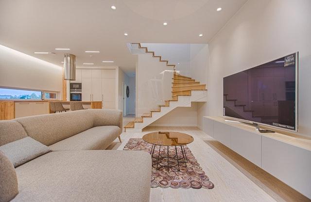 Moderný interiér, nábytok, TV, schodisko