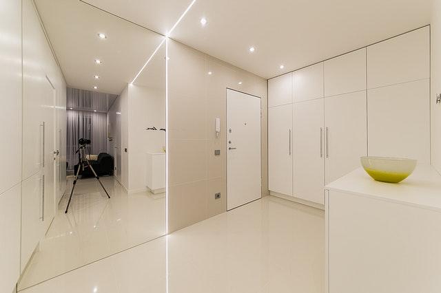 Miestnosť, biele dvere, slenená deliaca stena