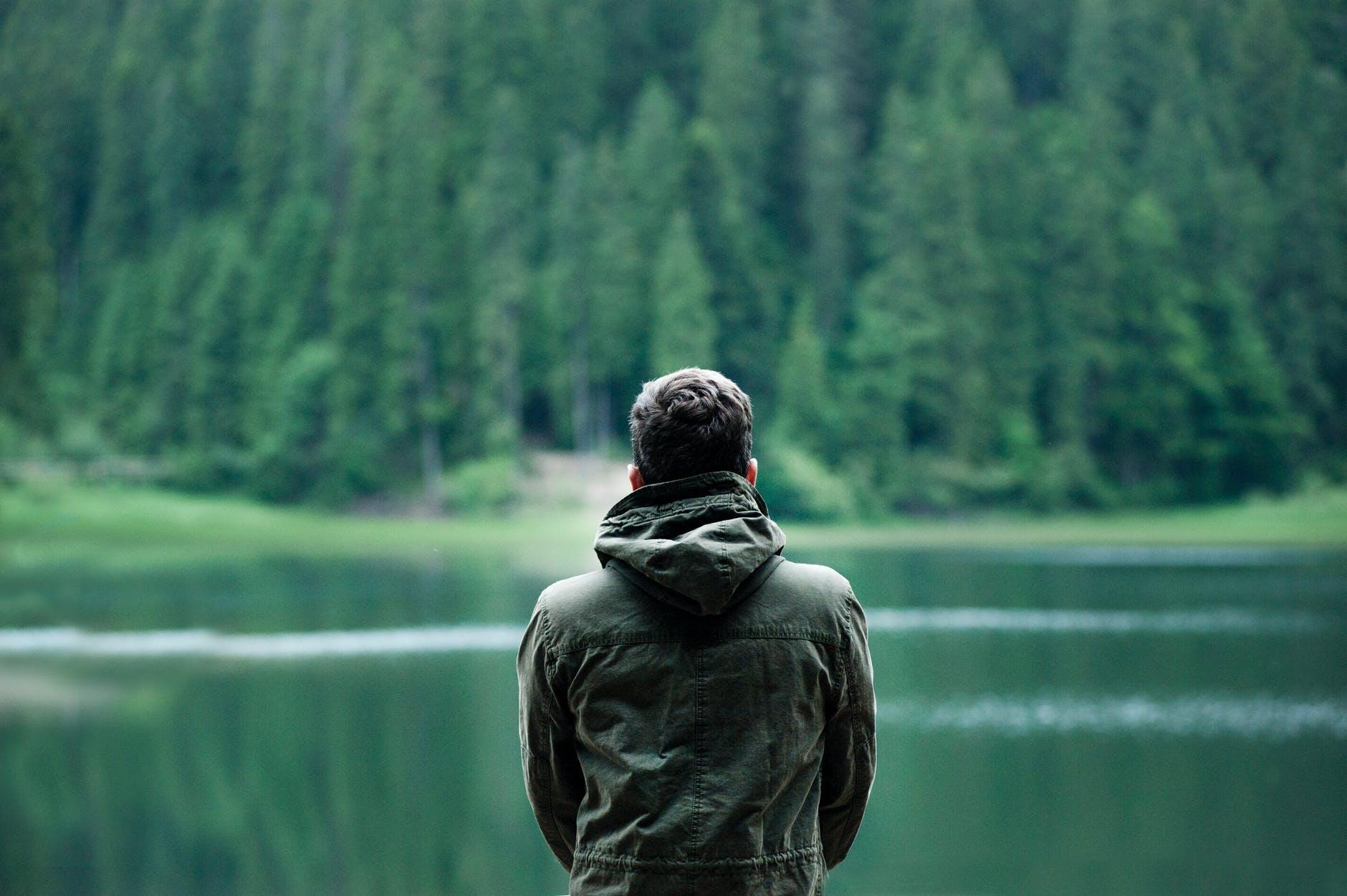 muž pri jazer
