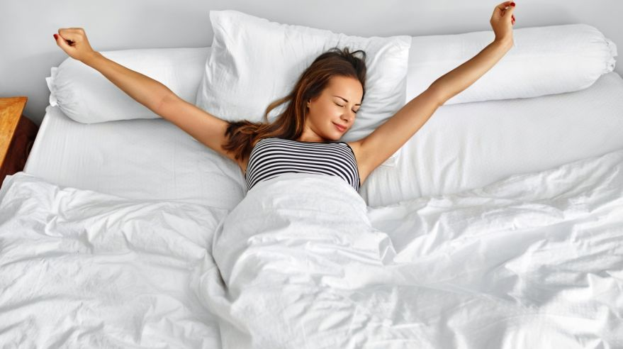 y4K4NoTGRS3mW1nQ7ReYvw.1280_Morning-Wake-Up-Woman-Waking-Stretching-In-Bed-Healthy-Lifestyle
